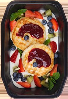 Творожные сырники с фруктами и ягодным соусом