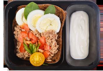 Зерновой бриошь с салатом из тунца и овощами
