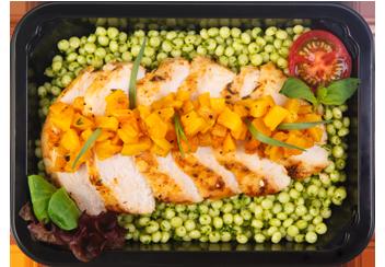 Слайсы запеченной курицы под тар-таром из пряной тыквы. Птитим с соусом песто