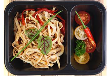 Лапша из омлета с соусом тар-тар и овощами