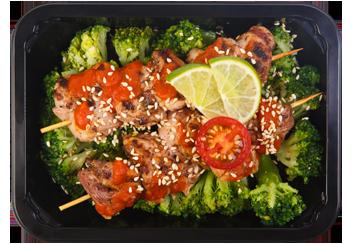 Шашлычок из бедра индейки под соусом лайм-лемонграс с брокколи на пару