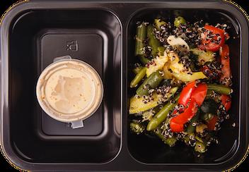 Салат с киноа, овощами и ореховым дрессингом