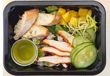 Салат с цыпленком, манго и средиземноморским дрессингом