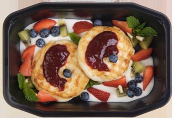 Творожные сырники с ягодным соусом и фруктами