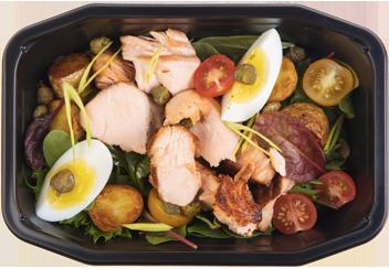 Деревенский салат с копченым лососем и каперсами