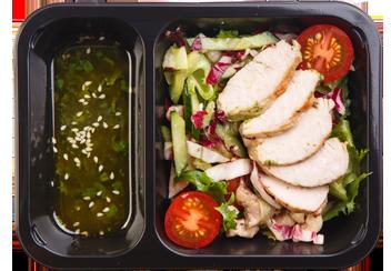 Салат с цыпленком, радичио и овощами. Имбирная заправка