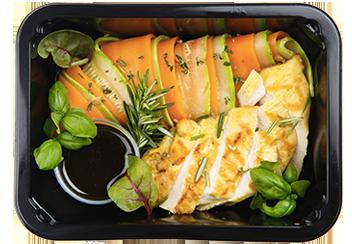Стейк из цыпленка с лапшой из овощей и паназиатской заправкой